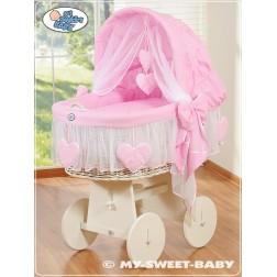 Bílý proutěný koš na miminko SRDÍČKA - růžový